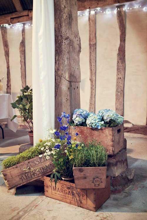 ideas para enfeitar a fachada da casa com caixas de madeira
