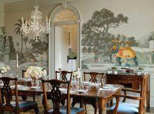 sala de jantar com decoraçao vitoriana e pintura a mao na parede