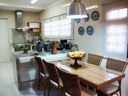mesa de jantar integrada a bancada da cozinha americana planejada