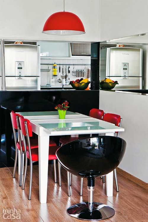 cozinha americana planejada com piso de madeira
