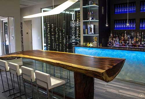 barzinho grande com mesa de madeira de lei