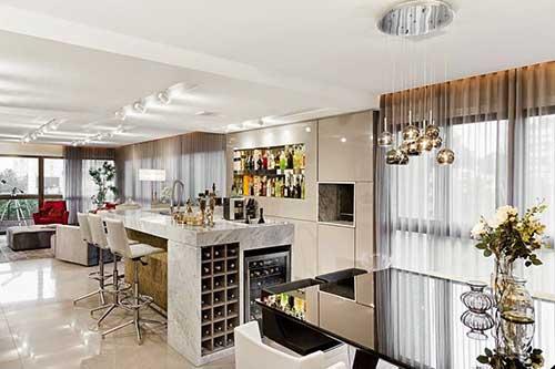 ambiente que integra cozinha, barzinho e salas