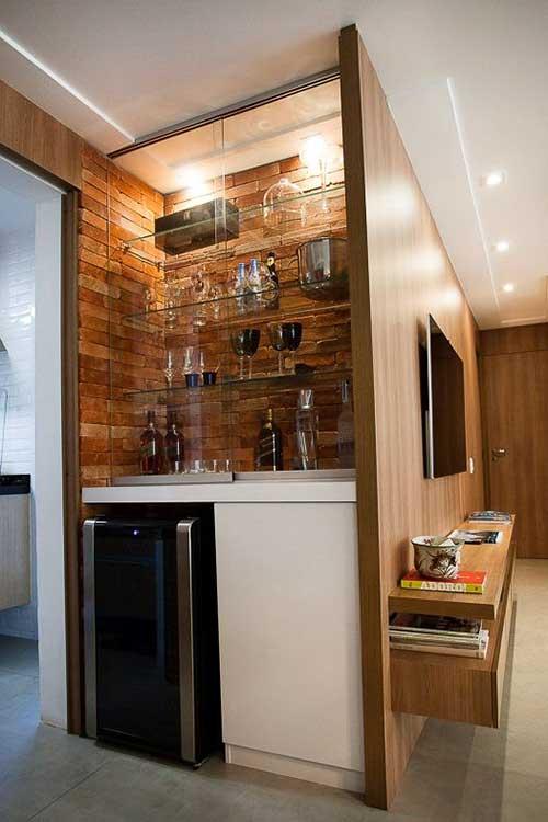 barzinho pequeno em madeira com refrigerador de vinhos
