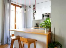cozinha americana planejada com janela grande