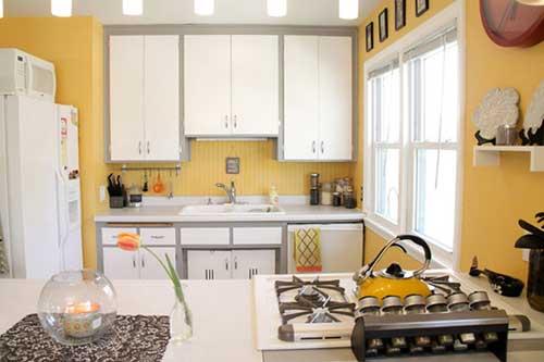 cozinha amarela e branca com cooktop