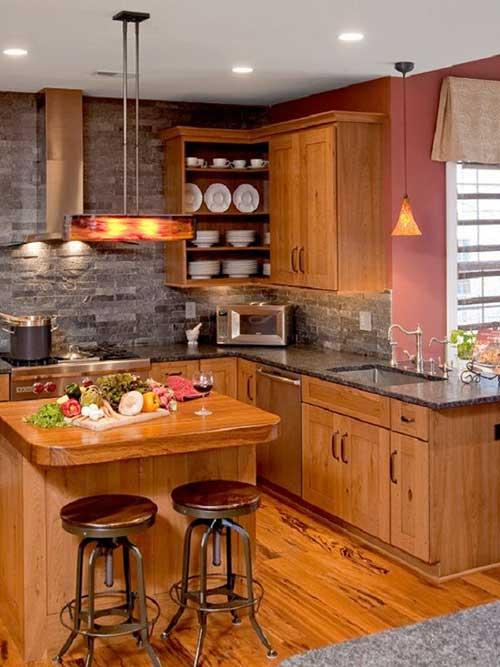 cozinha com parede de tijolos e moveis planejados em madeira