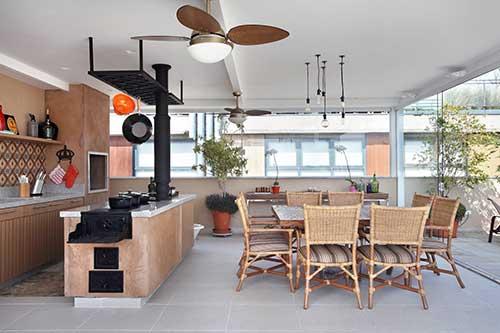 cozinha americana planejada com ilha em area externa de casa