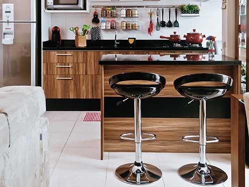cozinha americana planejada preta com moveis em madeira