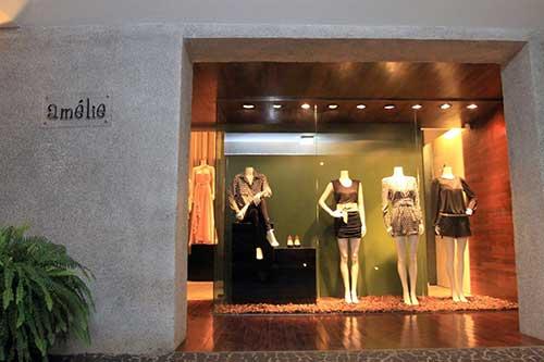 loja de roupas feminina com fachada de cimento torrado