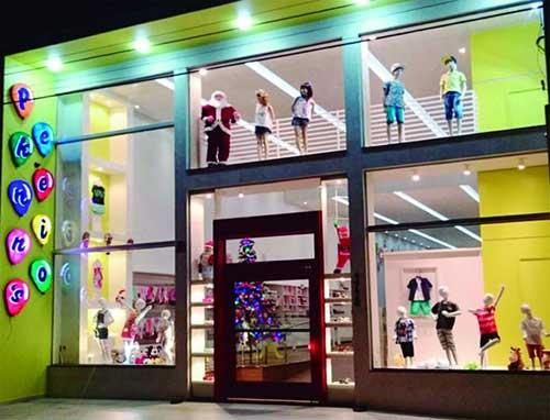 fachada colorida de loja de roupas de criança