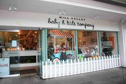 imagem de fachada de loja de roupas infantil com cercadinho
