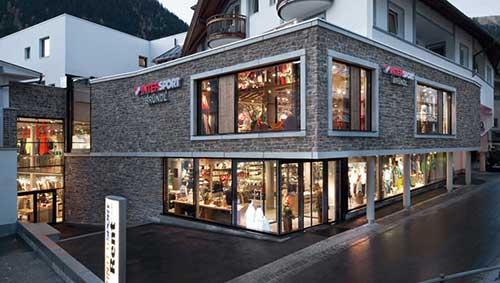 fachada de loja moderna com piso com brilho