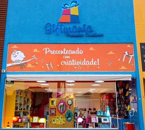 loja de presentes com fachada azul e laranja
