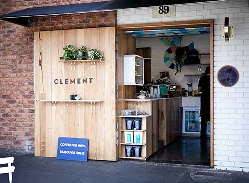 loja pequena de produtos naturais com fachada legal