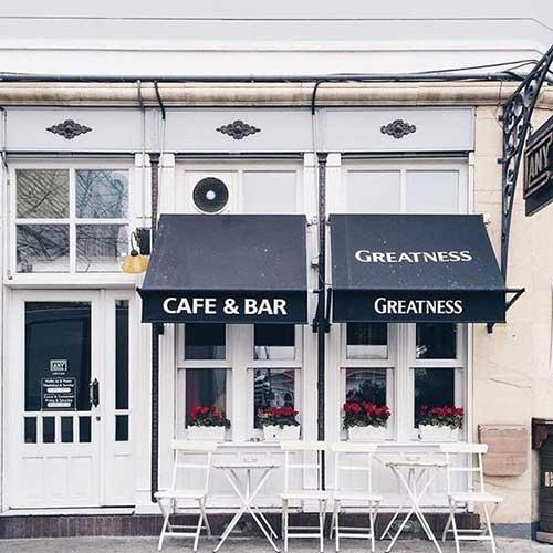 imagem de cafeteria em madeira pintada de branca