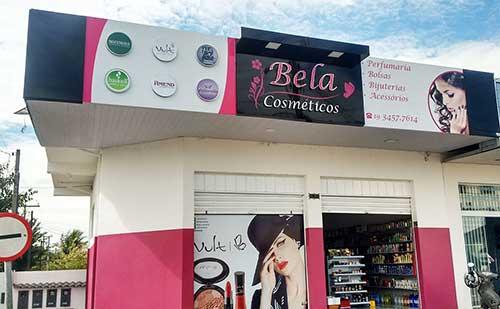 loja de cosmetico com adesivo de produtos