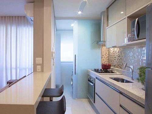cozinha americana planejada com divisoria na lavanderia