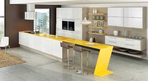 bancada amarela em cozinha americana grande e planejada