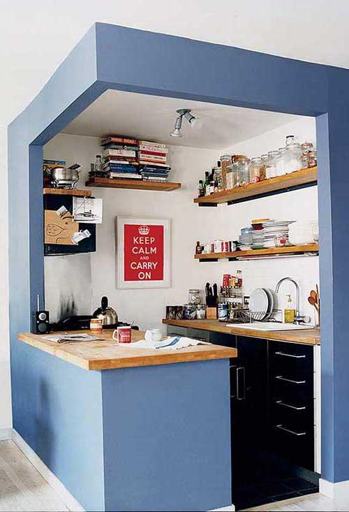 cozinha americana azul e pequena com bancada simples