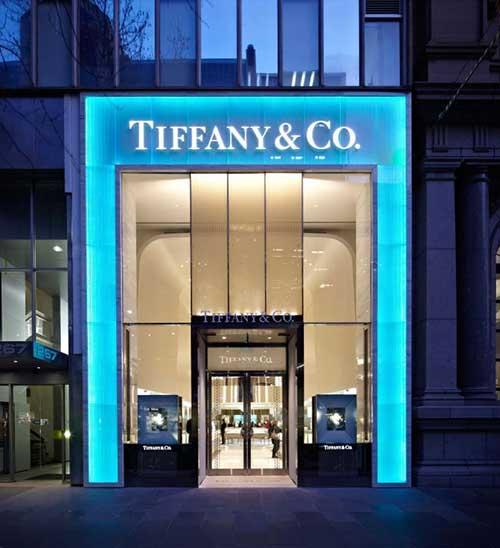 loja da tiffany com fachada iluminada de azul turquesa