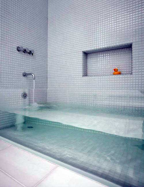 foto de banheiro com banheira e pastilhas de vidro