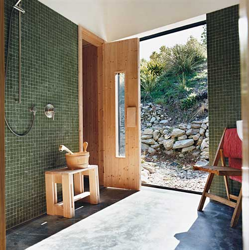 pastilha de vidro em banheiro externo da sauna