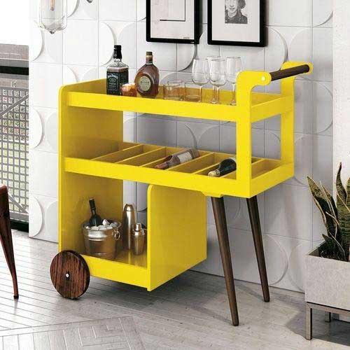imagem de movel tipo barzinho amarelo com pes de madeira e rodinha de madeira