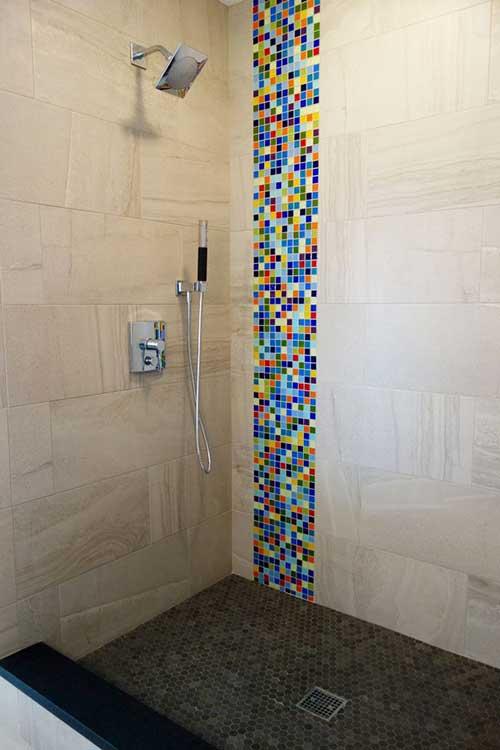 banheiro com pastilhas de vidro e ceramicas