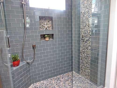 box grande do banheiro com pastilha acinzentada em forma de tijolo