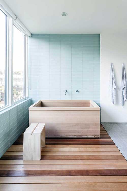 banheiro com pastilha de vidro azul clara