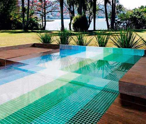 imagem de piscina com pastilha de vidro colorida