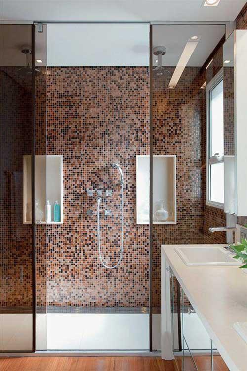 banheiro com chuveiro duplo e revestimento em pastilha de vidro