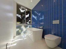 foto de banheiro com parede com pastilha de vidro azul