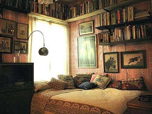 quarto antigo com decoracao hipster e muitos livros