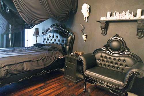 quarto com moveis retro e decoracao gotica