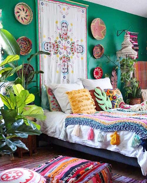 quarto indie colorido com tecidos e texturas diferentes