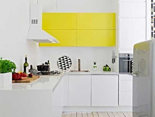 cozinha clean com armario amarelo brilhante e branco