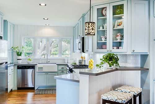 foto de cozinha azul clara com paredes brancas