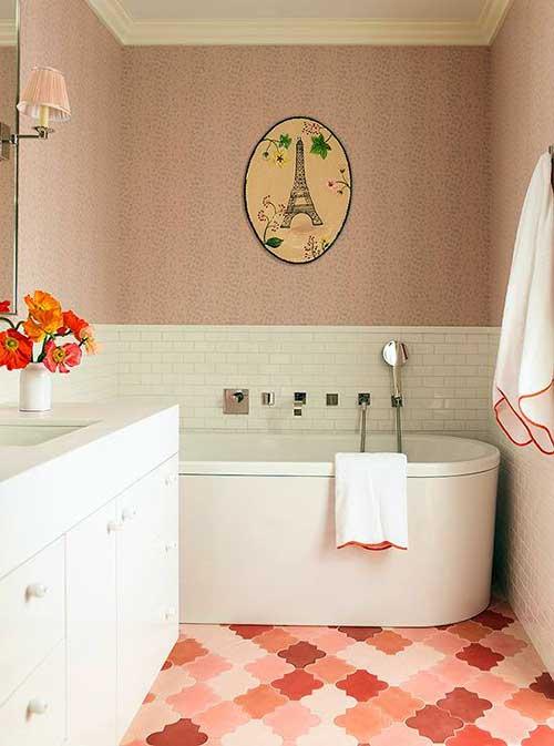foto de banheiro com piso e parede rosa e azulejo branco