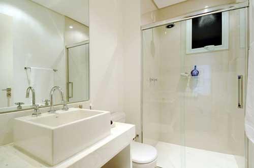 banheiro feminino com porcelanato na parede