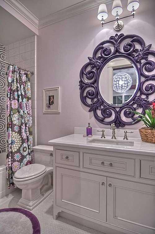 foto de banheiro com diferentes tons de roxo
