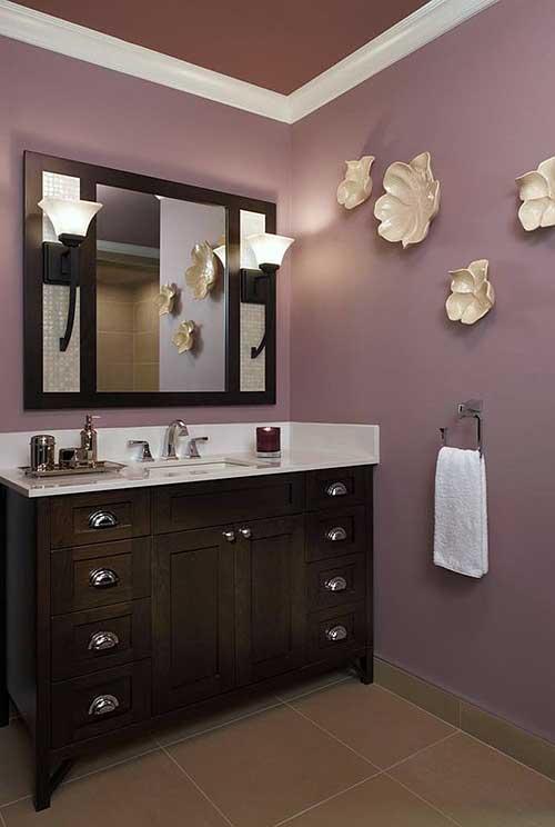foto de banheiro feminino em cores escuras com decoraçao na parede