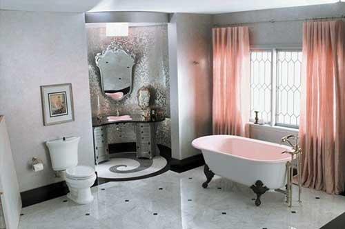 banheiro feminino elegante com banheira, cortina e espelho vitoriano
