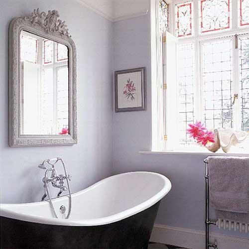 imagem de banheiro feminino com paredes lilas