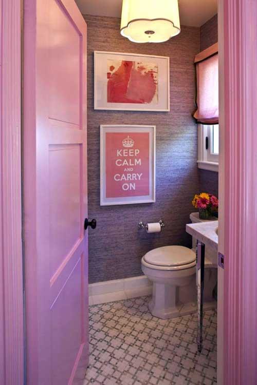 banheiro rosa pequeno com papel de parede roxo