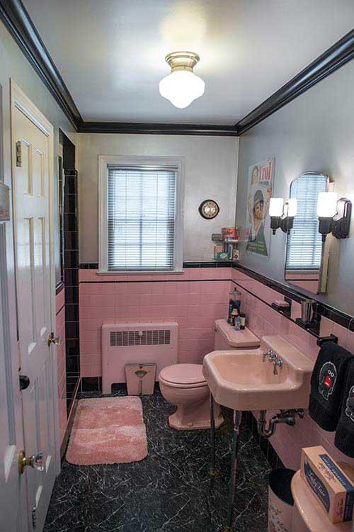 imagem de banheiro com piso de pedra e parede de cimento queimado