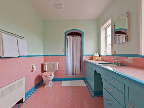 banheiro rosa e azul vintage com armarios planejados