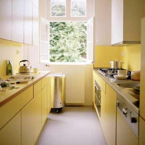 foto de cozinha amarela e branca em formato de corredor