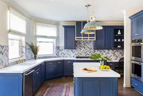 cozinha com pastilhas cinza azuladas e armarios azul escuro