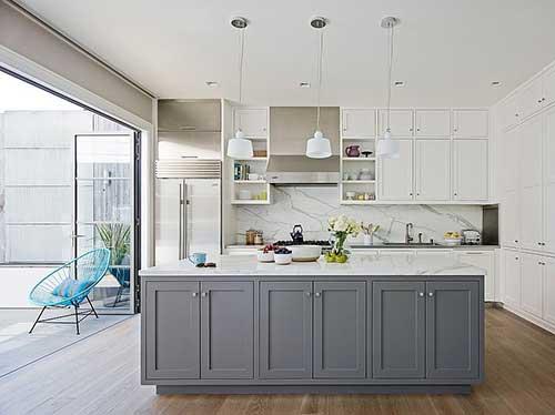 imagem de cozinha branca com ilha cinza